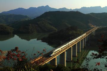 CRH380D驶过黄昏的黎溪大桥