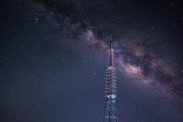 银河下的信号塔