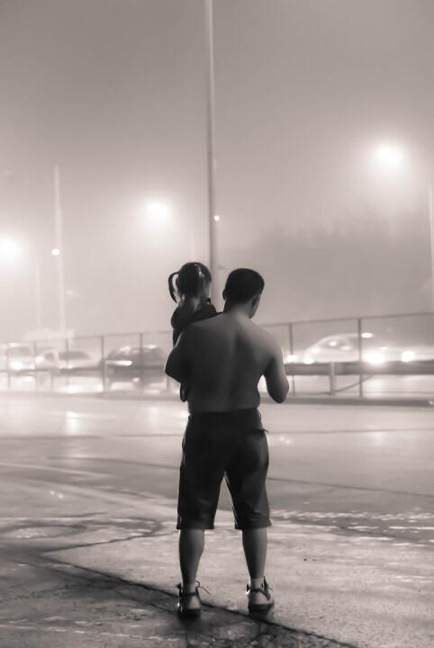 铁肩<br /> 铁肩----女儿在父亲肩膀上长大