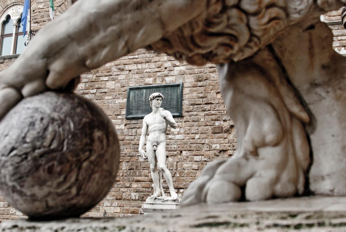 大卫,这个是假的,但也历史悠久,这个是1910年起立在这里的,米开朗琪罗的原作在另外一个博物馆里,下次再去膜拜好了...XD