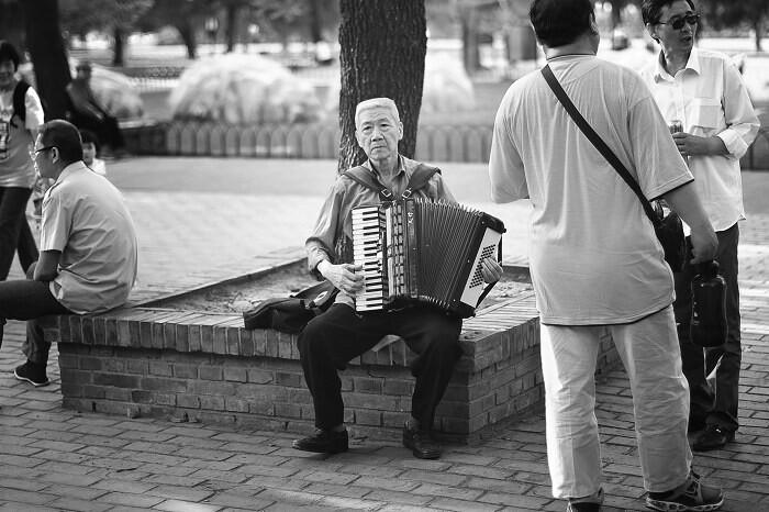 老头<br /> 这老头大老远我就听着他拉手风琴,周围人欢快的跟着唱着老苏联歌曲,但是老人眼神中却流露出追忆过去的伤感,没有去打断他,静静地听完这首曲子后拍下了这张照片。