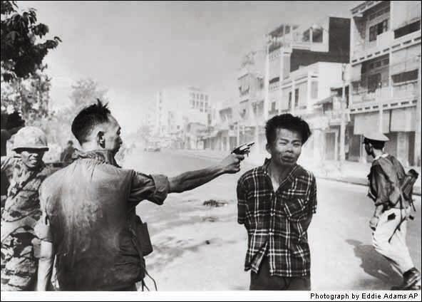 埃迪•亚当斯1968年拍摄的《枪毙越共》<br />