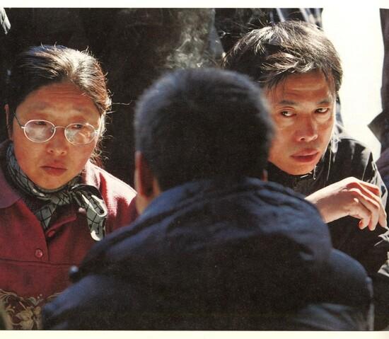 """2005年3月13日,上海周家渡街道""""世博居民动迁政策法规咨询会""""上认真听讲、力求理解的居民。世博会需动迁居民17000户。(雍和 摄影)<br />"""