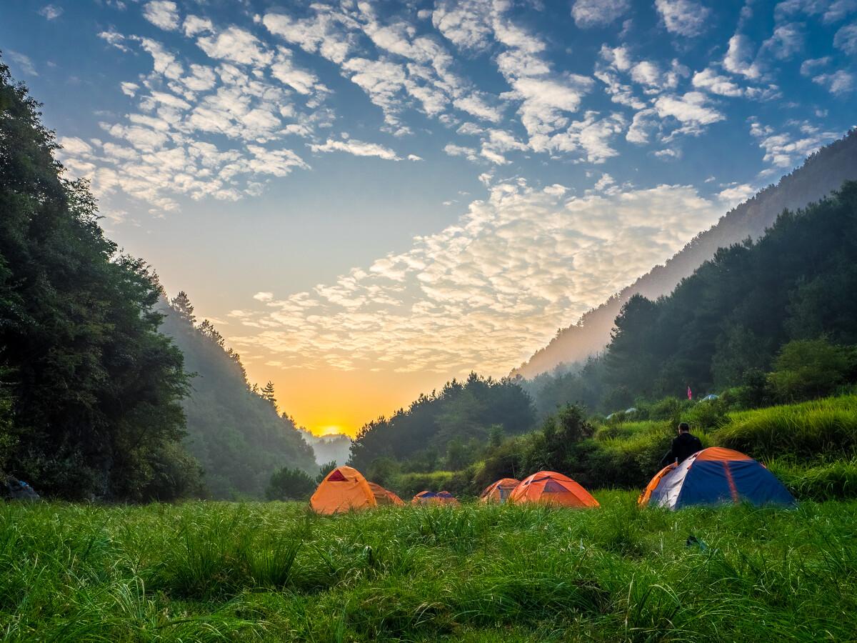 虽然露营这种活动很难受,水汽又重,帐篷又小,睡袋又闷,再来个打呼噜的室友,晚上简直没法睡。但是,清晨的阳光还是美翻了我。