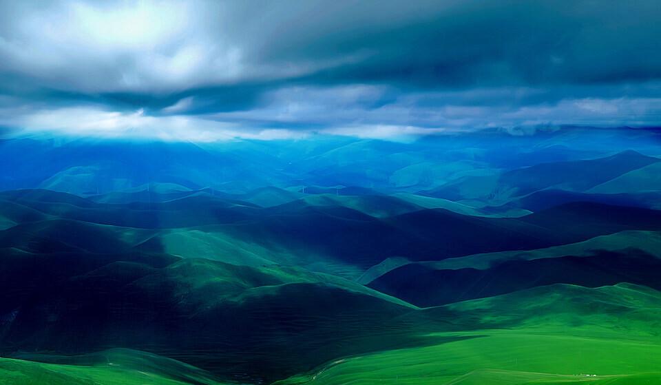等待云开那刻的草原<br /> 拍摄于江巴草原,蠢蠢欲动的云层与光线