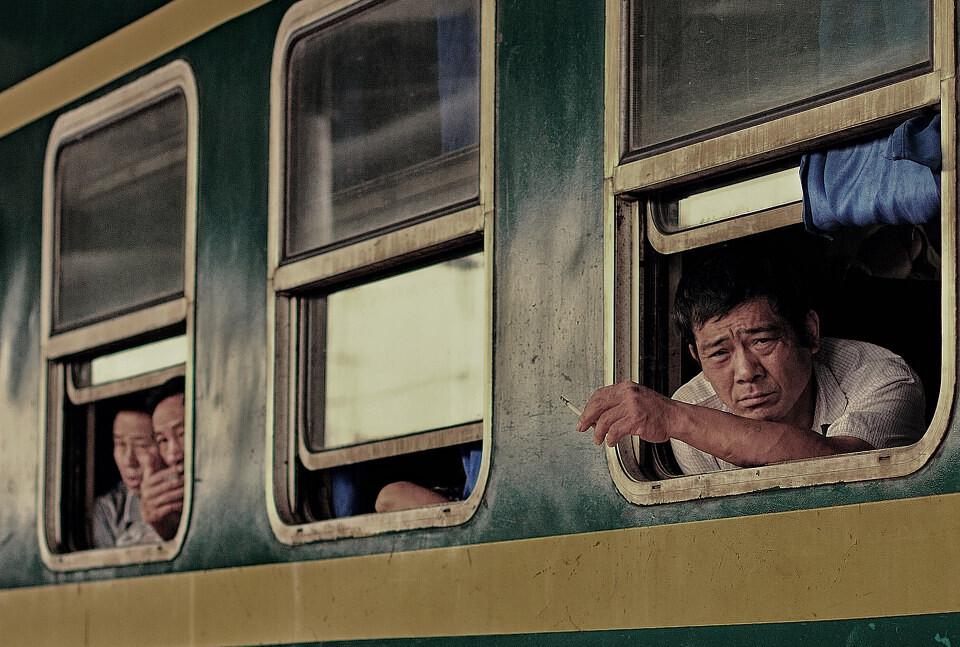 绿皮车上的乘客<br /> 只有在绿皮车上,乘客才能够坐在自己的座位上对着窗口抽烟,这是乘客在其它火车上做不到的。
