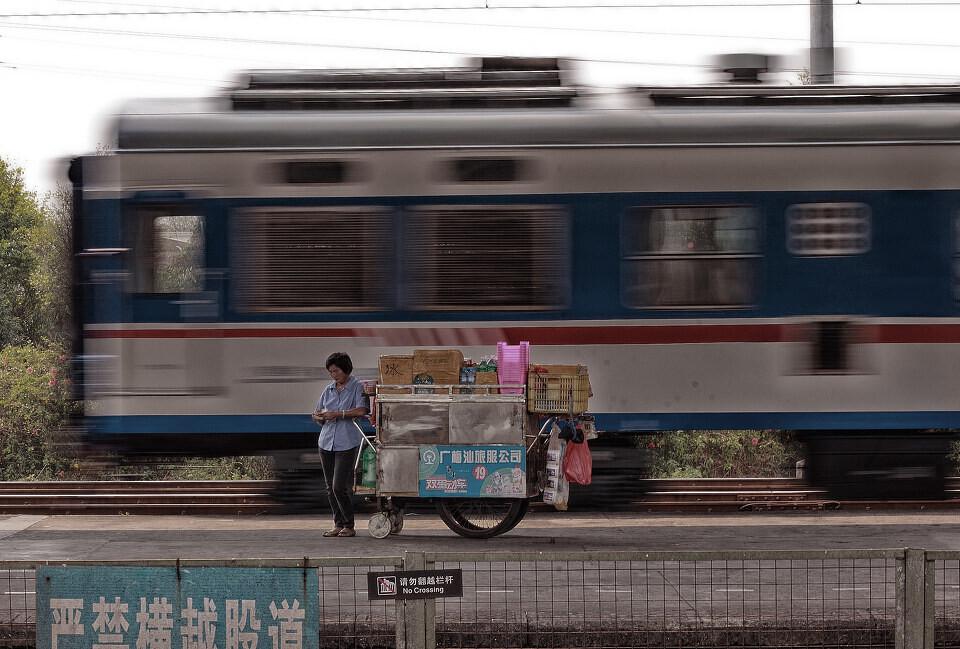 《咔啪》人文小品篇投稿-车站推车售货员<br /> 列车停站的时候,推车售货员向车上的乘客兜售货物,此图拍摄于列车刚开走后推车售货员 在数钱的瞬间