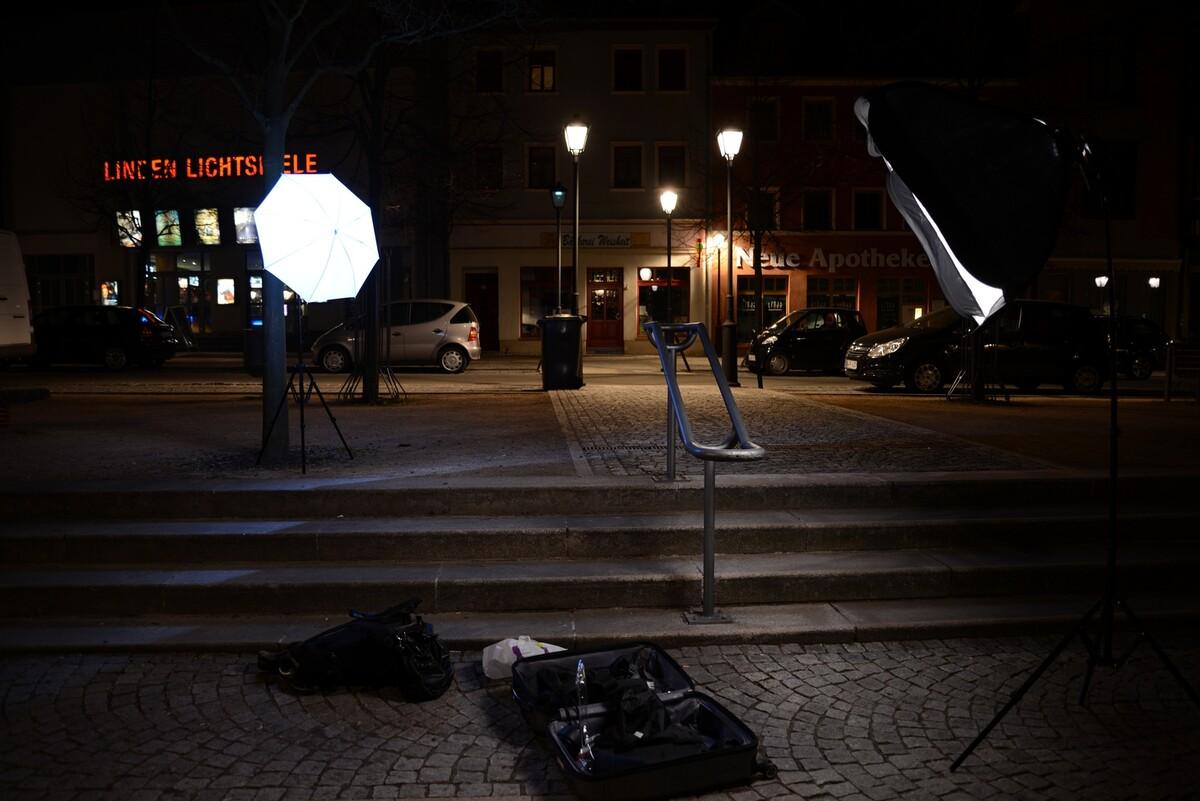 设备合影。<br /> 只用了俩灯架, 柔光箱 伞 <br /> 行李箱 不防震,所以所有电子设备背包背着。