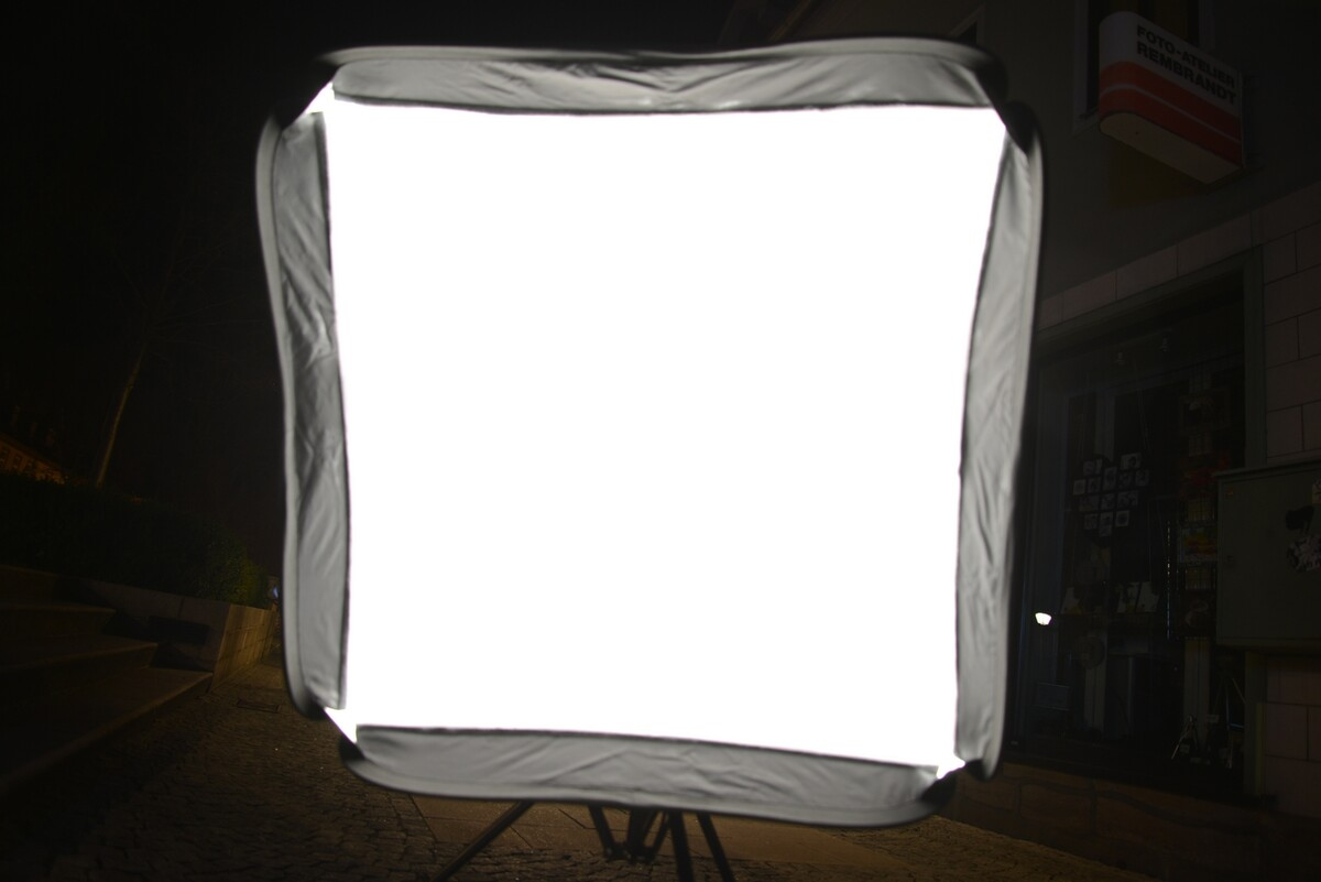 不同光圈下的 双层柔光布柔光箱 光分布 <br /> 效果蛮好, 如果 要求还高一些, 可以把内部的柔光布 的中间小部分 贴上 白纸,或者黑胶布。这样中间亮度就会降低,柔光箱光分布更好。<br />