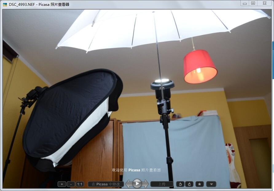 场记<br /> 闪光灯信息:<br /> 布光采用了蝴蝶光,单灯。这次不想有很浓的阴影,于是用透光伞当做反光伞用,伞反射到人脸的光 有方向性,然后很多光 透过伞照到天花板,墙面上,各种反射到人脸当补光用,还有个反光板在下面。图片中的箱子没用,灯是关的。