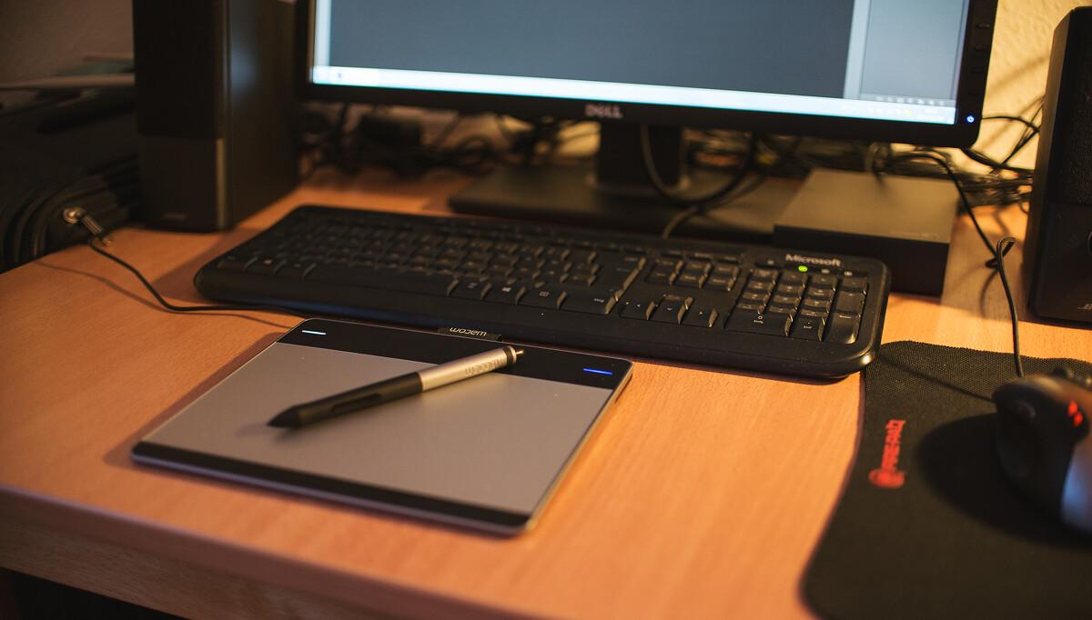 做后期呆的地方~~~<br /> <br /> dell笔记本 作为主机用(笔记本屏幕绝对不能拿来修图。 水果的除外。 11年的老机器,处理d600raw文件有些困难,ps经常崩溃)<br /> 显示器 DELL Dell U2312(算是家用级别,不过已经不错了,目测够用。 买专业显示器得话4000起步)<br /> 希捷桌面存储 用来备份照片,双保险必须,三盘备份可选。<br /> 数位板 wacom cth-480s-deit intuos pen &amp; touch <br /> 介绍一下数位板(当年07年就想入一个,可惜当年价格太高,yy了很久,网上搞活动打折,果断入手,爱抚了好一阵子。赞!),处理皮肤和蒙版时候超级顺手。同志们一定要买!效率明显提升,手腕明显不疼了! 处理照片不绘画的话,普通板子就够用了。淘宝国产的300元左右的产品就非常不错(可惜我买不到哎~ 只能入手wacom的了。 )<br /> 鼠标 建议也买合适的,要是想要手腕的话,笔记本微型鼠标就算了吧。<br /> 音箱 必备 处理照片时候不听音乐怎么行<br /> <br /> 我平时处理照片时候台灯是关着的。