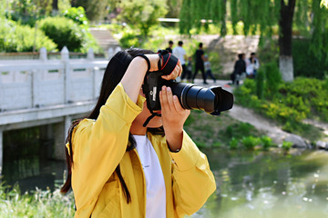 专注的摄影人