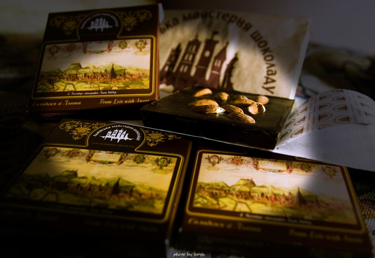 不要把巧克力放在我面前<br /> 从利沃夫买来现做的巧克力,火车上因为大家都买了,他们是送礼,我是送自己的馋虫,,我没好意思上车就开吃,,,到了宿舍真的忍不住了,,,,