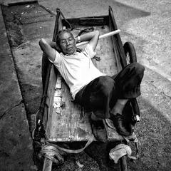 平板车上睡着的男子