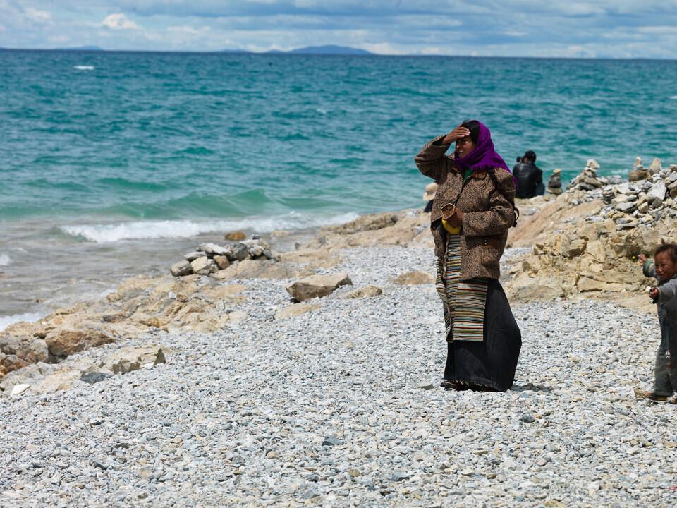 圣洁海<br /> 那木错与玛旁雍错、羊卓雍错齐名为西藏三大圣湖,很多人不远万里来到这里朝圣转湖,他们张开双臂,合十,俯身,屈膝,用整个身体接触大地。圣湖是神的化身,转湖意喻着远古精神的回归,只要生命不息,轮回永劫。