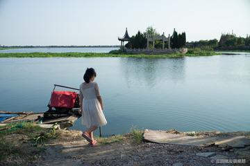 湖边的小女孩