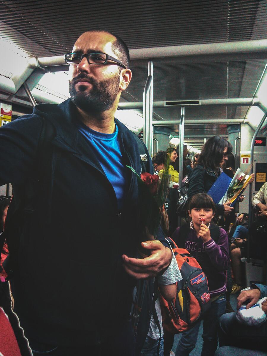情人节众生相<br /> 4月23日,西班牙的情人节(San Jordi节),在这一天男人将会给喜欢的女人送玫瑰花, 而女人将回赠书本给他。在巴塞罗那地铁三号线上,一个手持玫瑰花的大叔神情焦虑;在他身后,一个小女孩舔着棒棒糖顽皮地看着镜头。