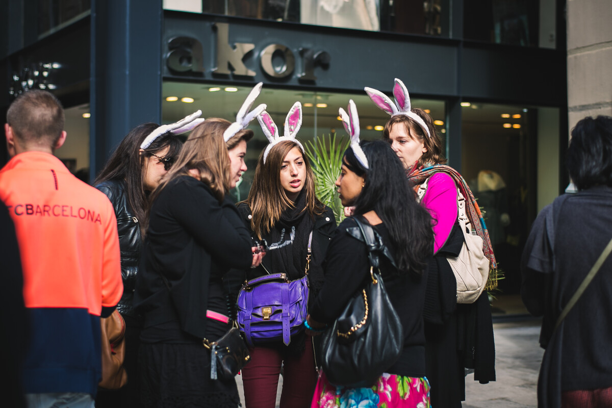 兰布拉大道上一群戴着兔耳朵的妹子,你们是要去抢银行吗?<br /> @La Rambla
