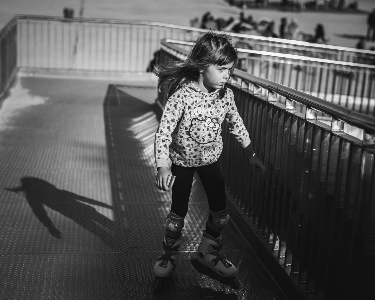 巴塞罗内塔海滩上玩滑轮的少女<br /> @La Barceloneta