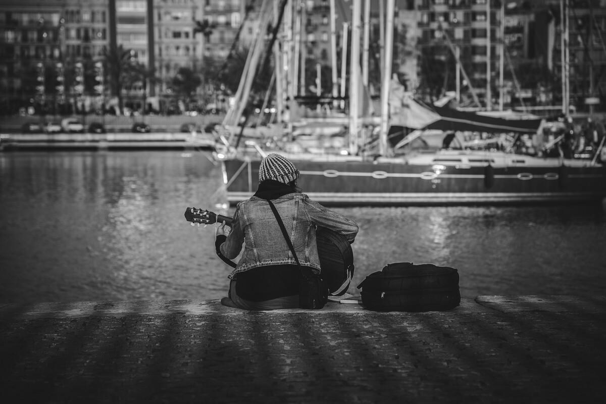 """旧港边上自弹自唱的少女,她没有打开琴袋,她不需要观众<br /> <a href=""""https://tuchong.com/356303/"""" target=""""_blank"""">@Port</a> Vell"""