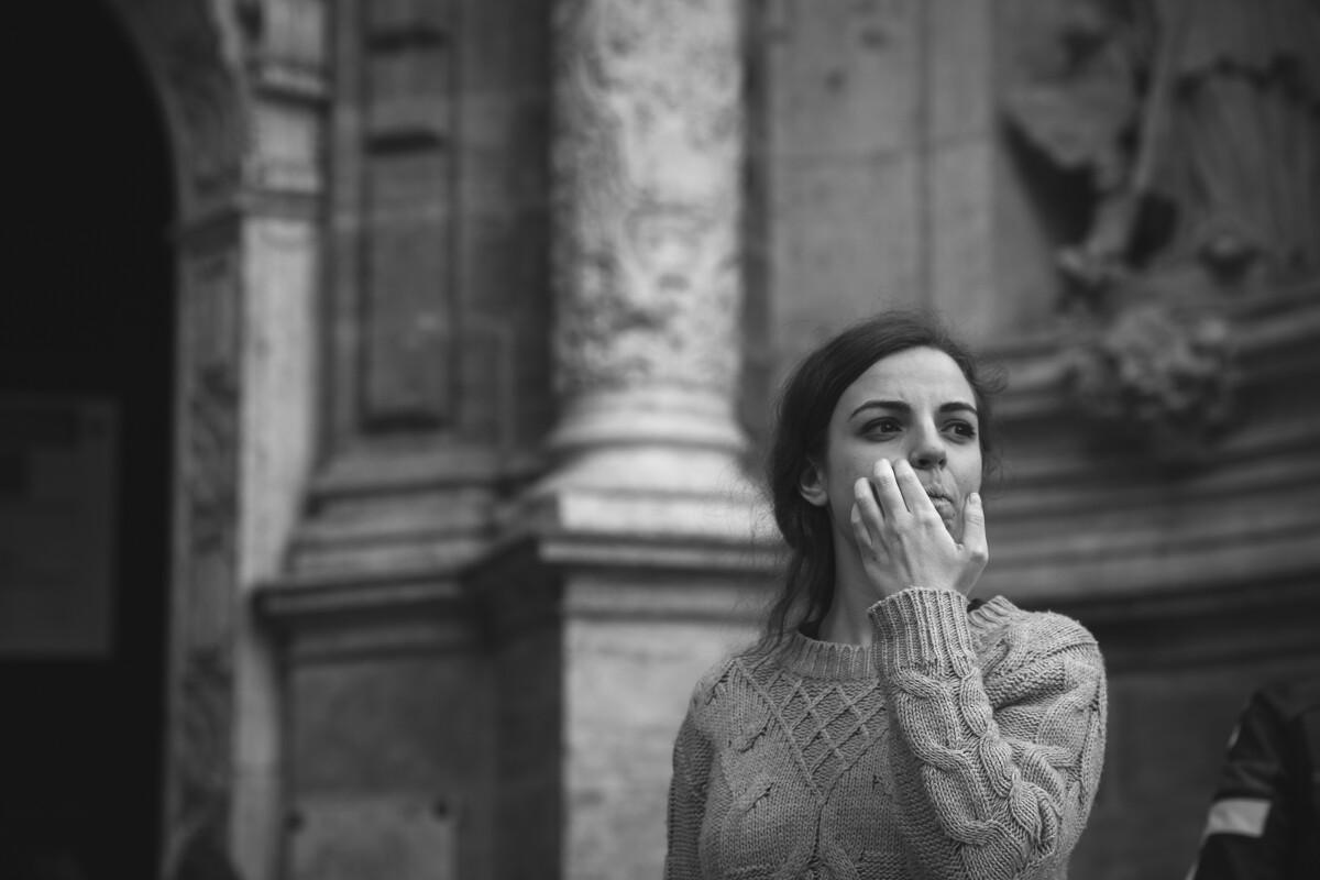 教堂外,一名女性正在等待着她的情人。<br /> @València
