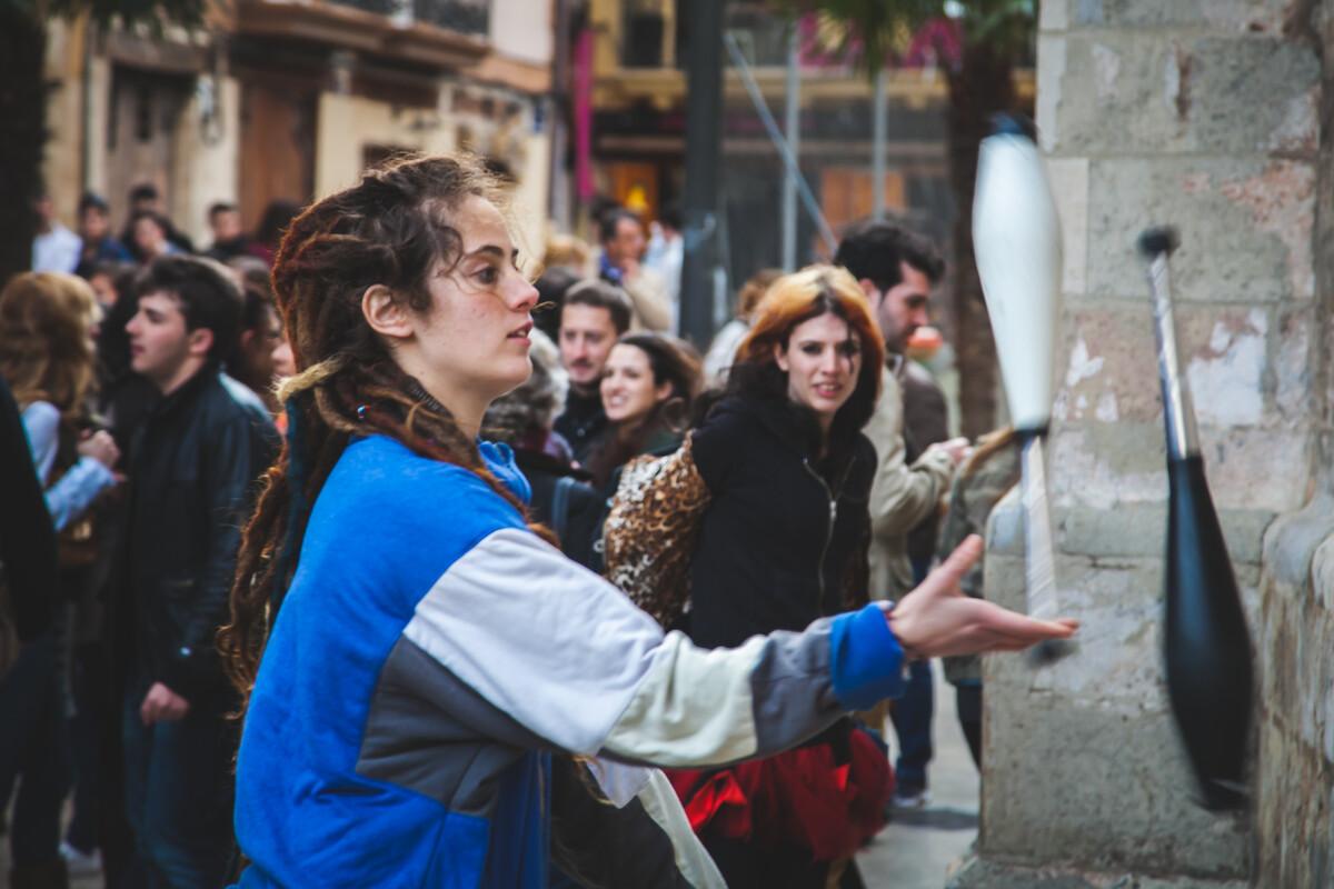 瓦伦西亚老城大教堂外的吉普赛女郎,她们似乎是杂耍的新手,面对围观的人群稍显羞涩,在不断地练习者杂耍的技艺。<br /> @València