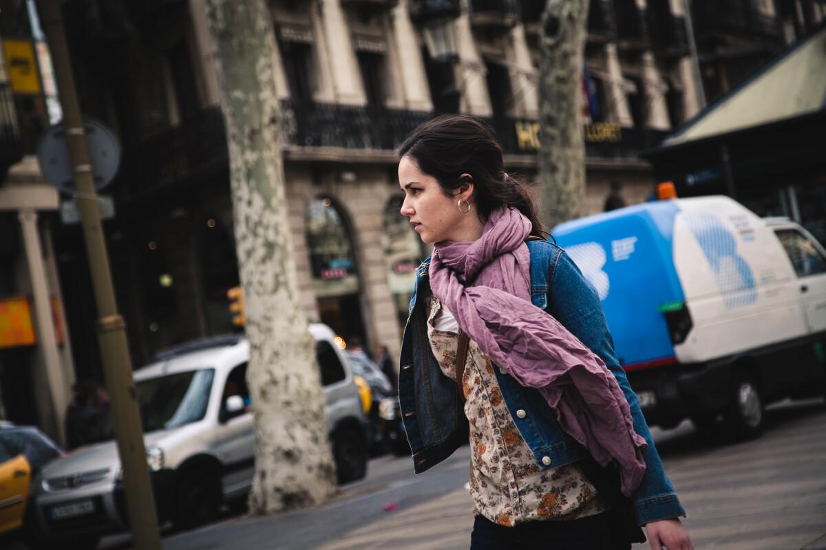 巴塞罗那天生就是一个阳光灿烂色彩斑斓的城市,不仅体现在高迪和毕加索的艺术上,也体现在街头每一个行人的着装打扮里。<br /> @La Rambla