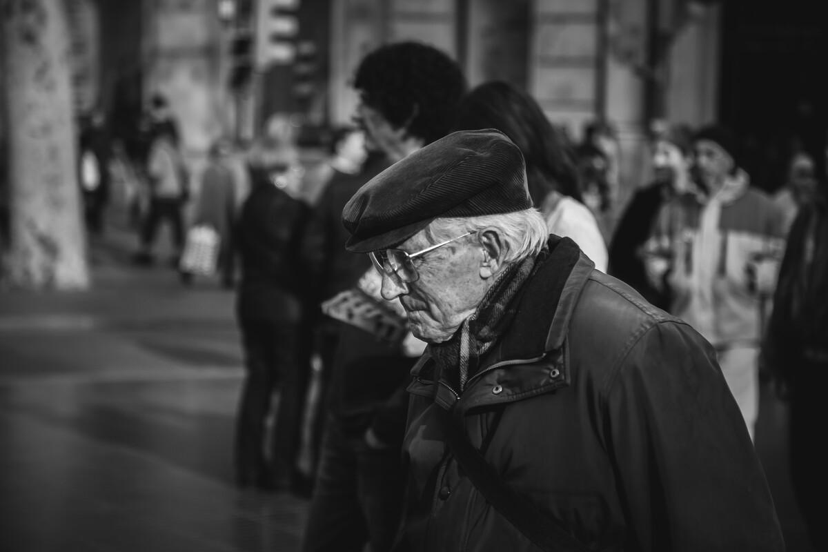 加泰罗尼亚广场上的老头子,帽子一戴简直文艺爆了~<br /> @Plaça de Catalunya