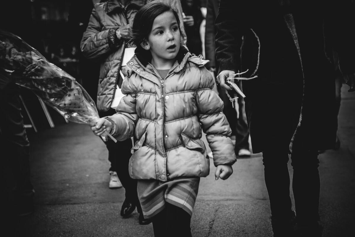 巴塞罗那的人口结构还挺和谐的,老人小孩都有,经常见到推着婴儿车的夫妻。等她们长大了一些,你能从她们的眼里看到满满的不安分。<br /> @La Rambla