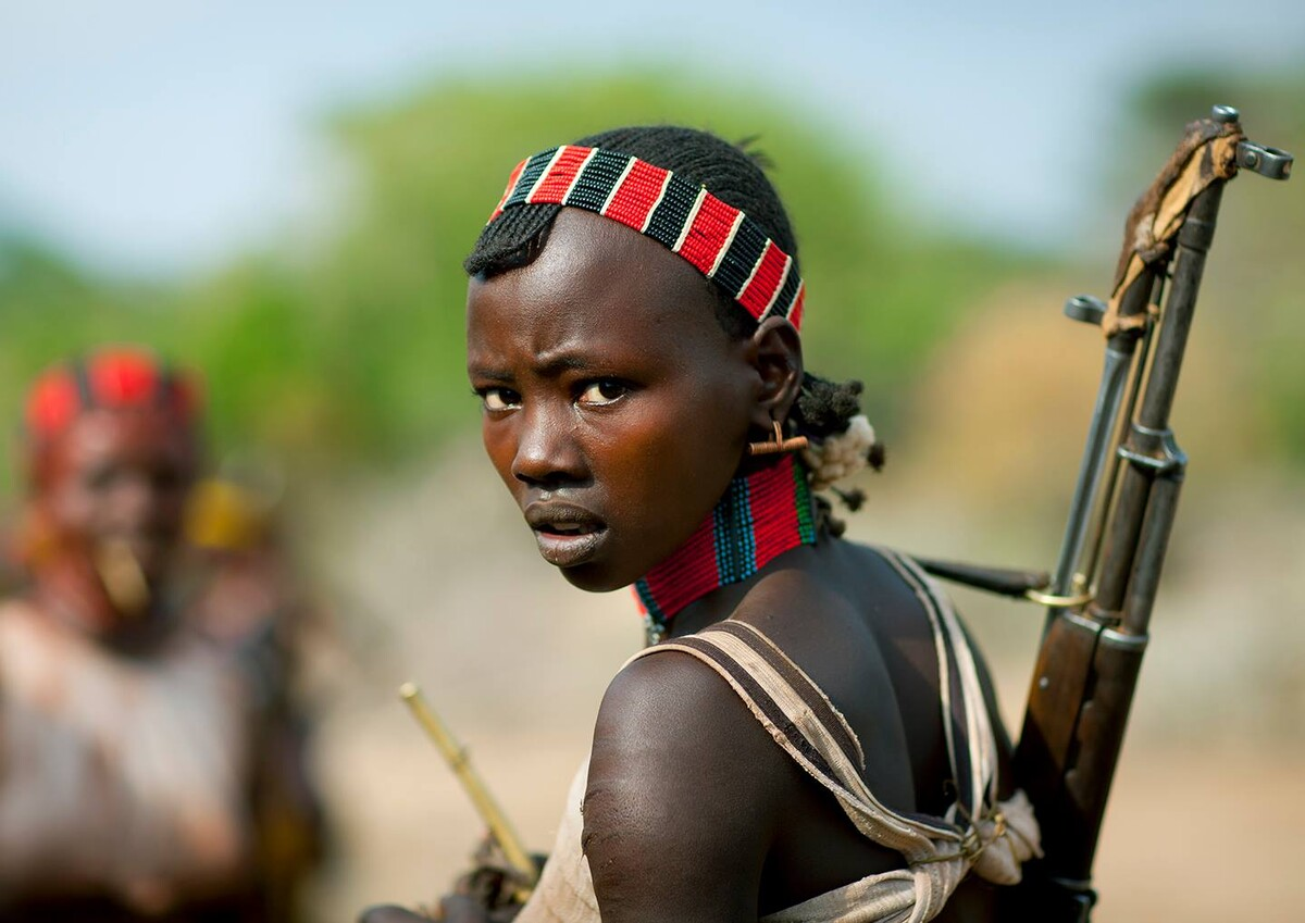桀骜<br /> 这张照片小翻非常喜欢,Eric和小翻说,要想给村中人照相的话一定要先征得他们的同意,如果不尊重他们的话,后果将非常严重,因为这里的每个人都有一把冲锋枪!<br /> 摄于埃塞俄比亚 奥莫河谷 Hamer村