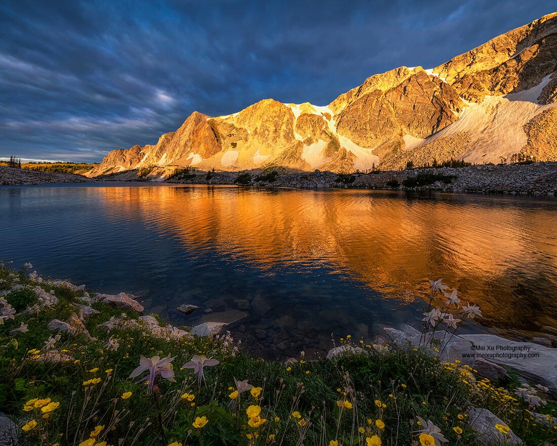 我想这是我最喜欢的光线,乌云密布,但阳光依然透过云层把山体打亮,与湖边的山花相映成趣,非常dramatic。