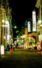 走在新宿小路上