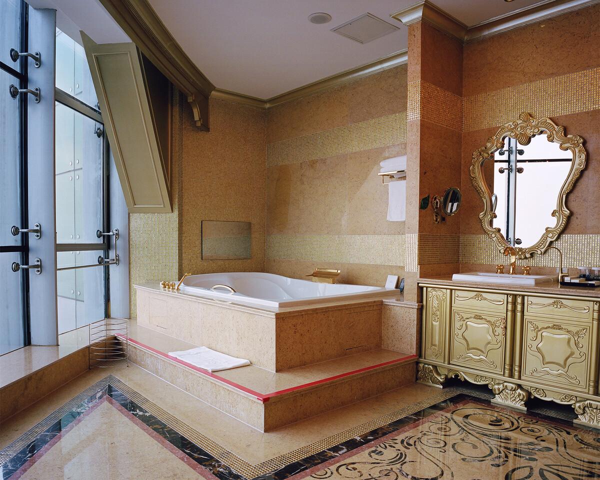 33. 2018年12月1日,华西村,龙希国际大酒店总统套房一角。