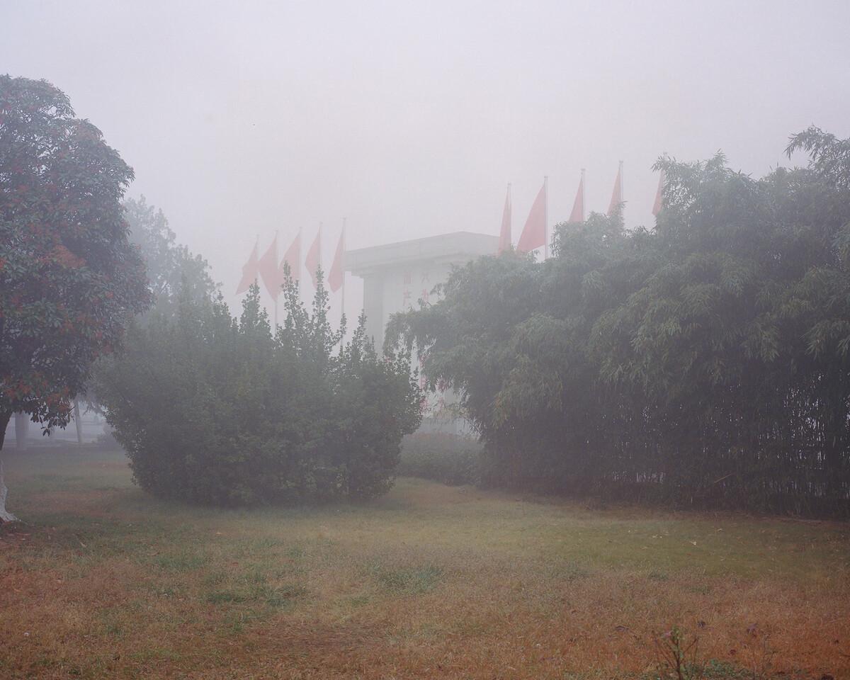 36. 2018年11月13日,南街村,晨雾中的红旗。