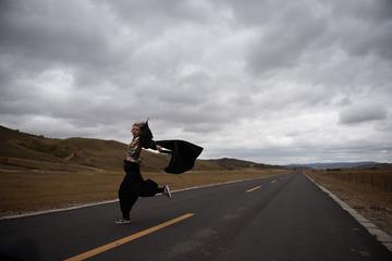 风中飞舞的女子