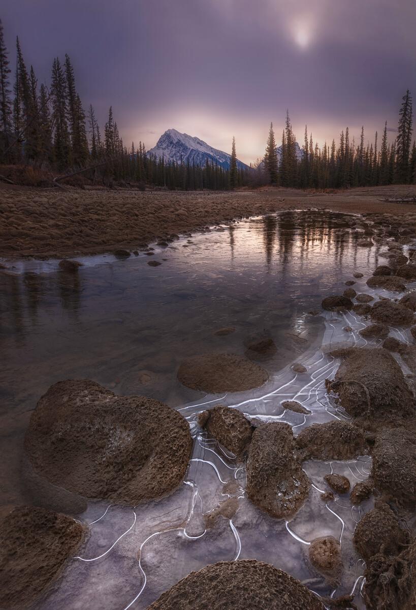 日朦胧,冰清凉。摄于加拿大Jasper国家公园。前景是一小块冰。