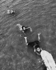 游泳的孩子们