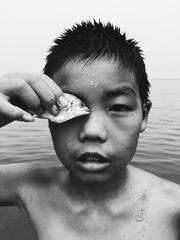 拿着鱼的男孩