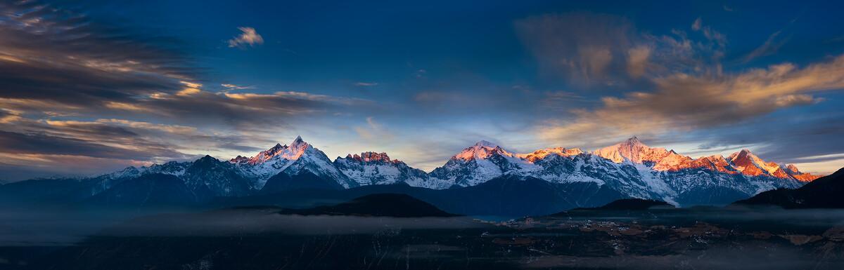 """2014年最后一天,看到了有生以来所见到的最绚丽,最壮观的梅里雪山。拜服于雪山的崇高与伟大,顿生敬拜之心。<br /> <br /> 梅里雪山处于""""三江并流""""地区,北南走向,平均海拔6000米以上的山峰有13座,称""""太子十三峰""""。主峰卡瓦格博-雪山之神,海拔6740米。"""