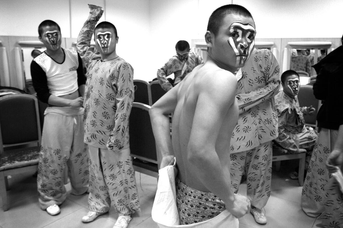 12bet登-原创景甜日本出游,逛街被路人拉着一起拍照,网友:身材引人注目!