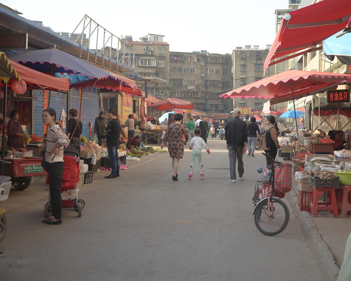 2018年4月 安徽淮南 菜市里的轮滑女孩
