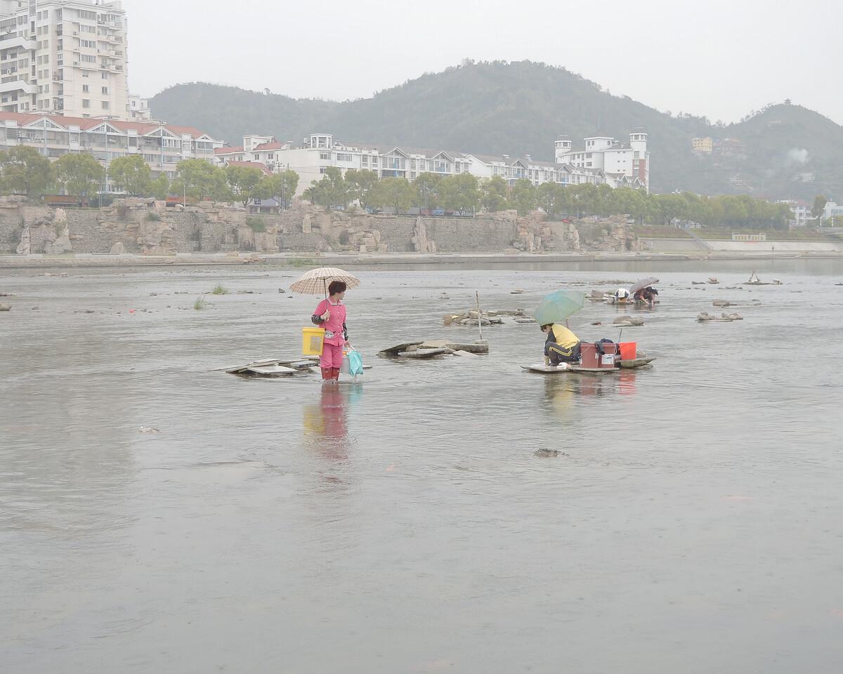 2015年3月 福建宁德 河中央洗衣的妇女