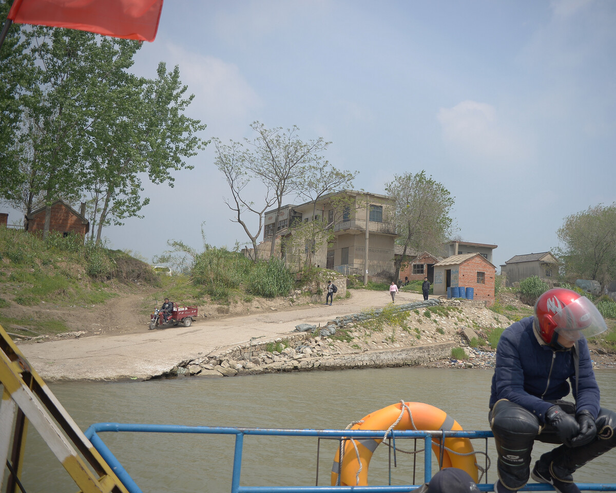 2018年4月 安徽淮南 正在靠岸的渡船