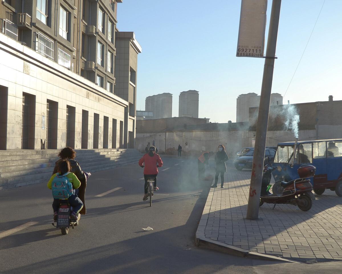 2017年11月 内蒙古呼和浩特 烧煤的三蹦子正在待客