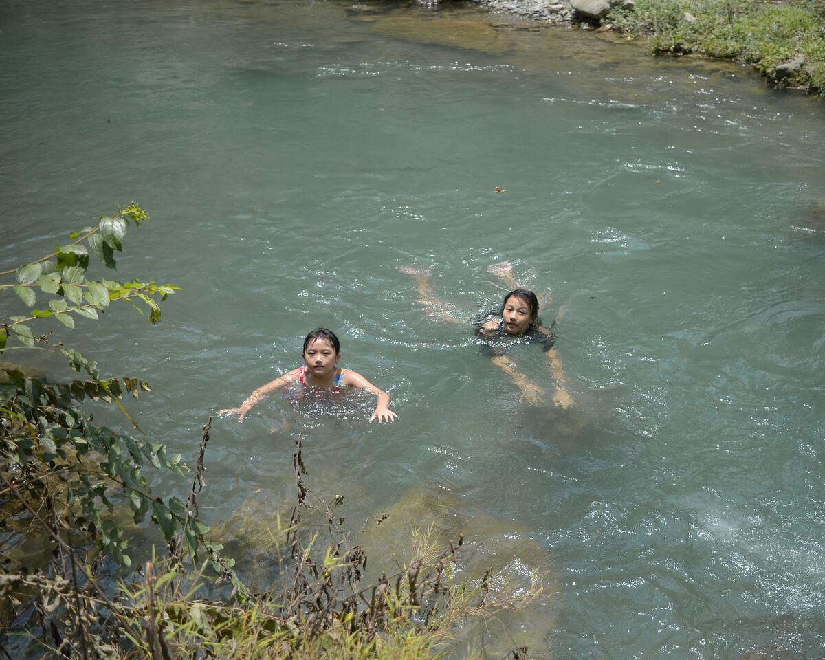 2019年7月 贵州凯里 河里游泳的少女