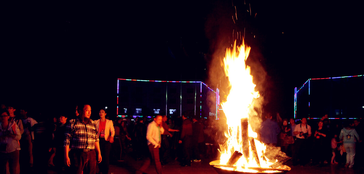沙洋新农村建设——进入新农村的郑中大道<br /> 2014年3月29日拍于沙洋县王平新农村、正中水镇首届帐篷节篝火晚会。无声 摄