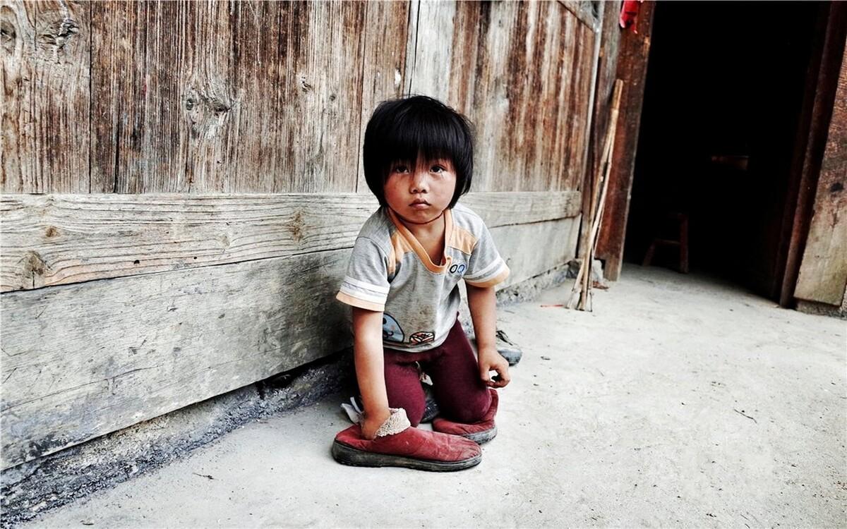 李艳芳性格内向,很少说话,从来不会笑。大多数的时候,她都是自己一个人默默玩耍,弟弟是她唯一的玩伴。泥巴、拖鞋、一个很小的小熊娃娃,是她们所有的玩具。