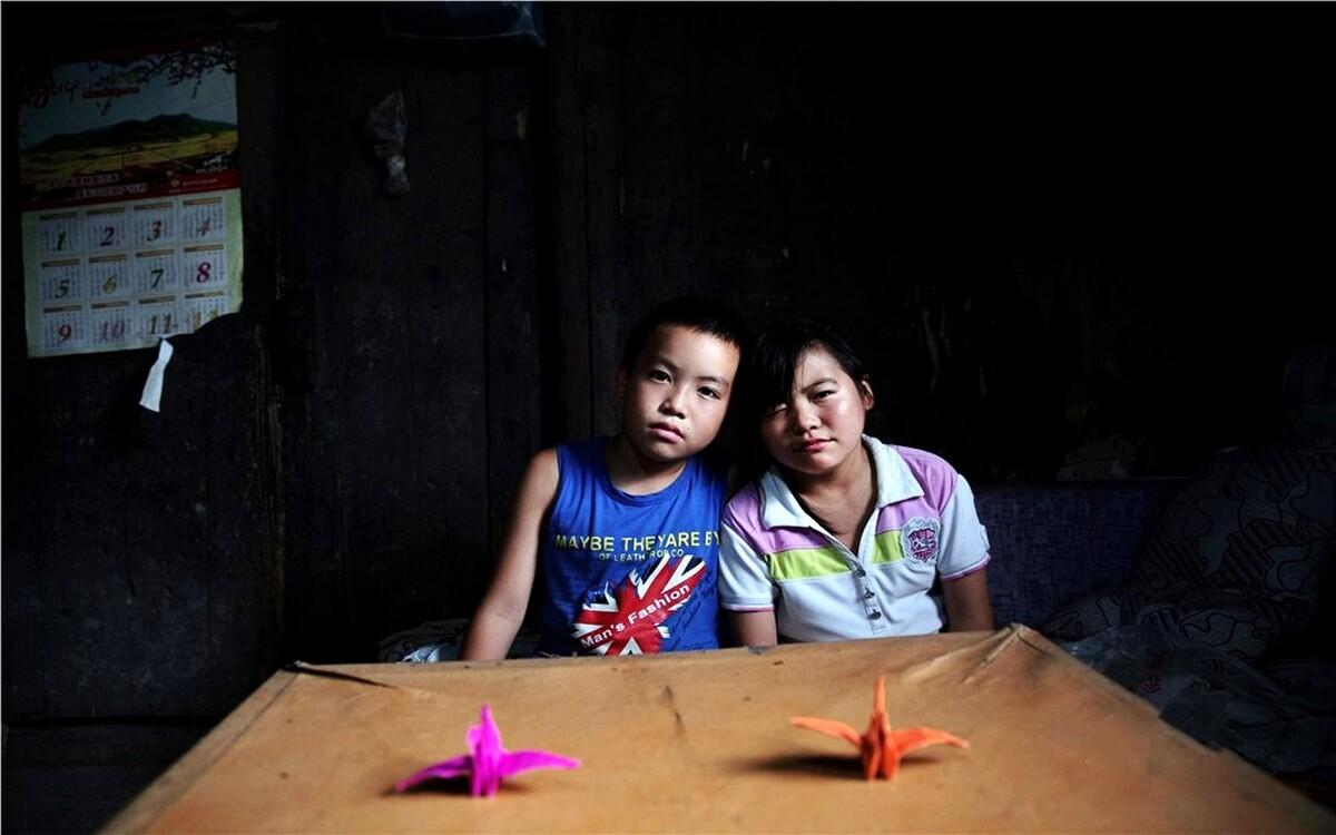 李芊,12岁,家里还有一个姐姐,一个弟弟。父母常年在浙江打工,姐姐已上中学,弟弟跟着父母生活,家里只有爷爷奶奶,不幸的是上个月,爷爷也生病过世了。李芊平时总是笑嘻嘻的,乐观又开朗。每次拍照,她都会摆出不同的Pose。手工课上,李芊和弟弟李文涛每人叠了一个千纸鹤。他们都带回了家送给她们最爱的奶奶。