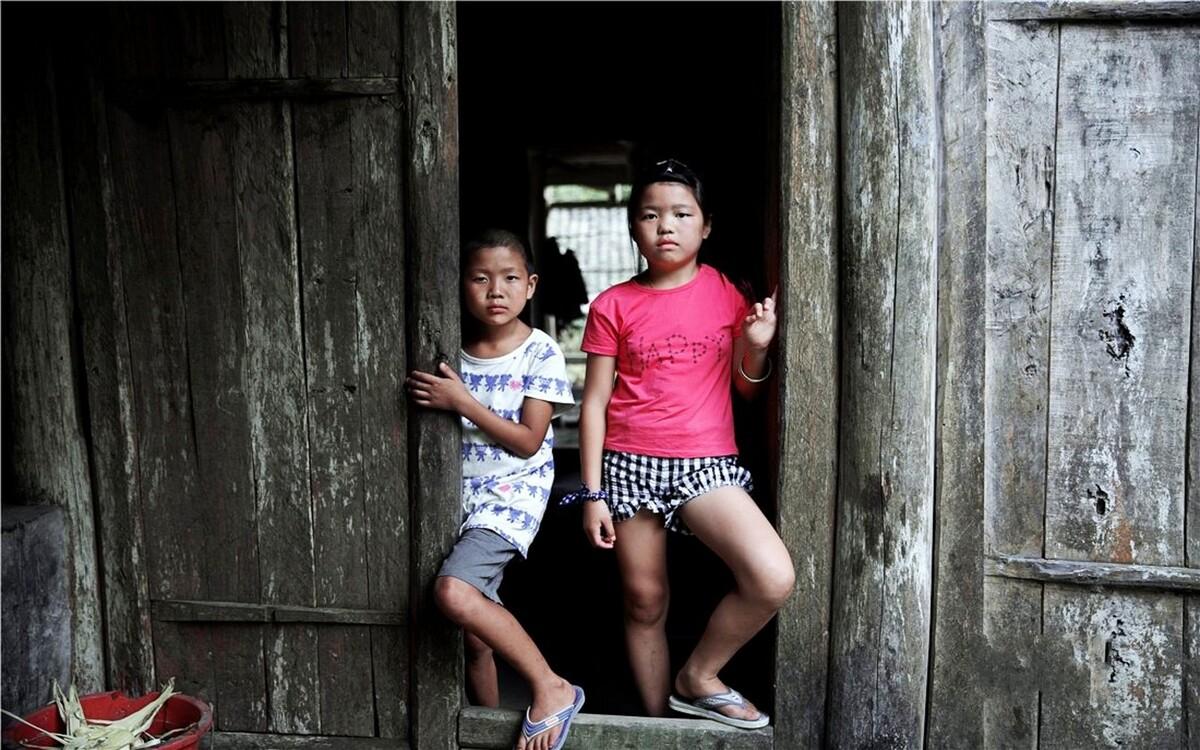 李柳,11岁。她有一个弟弟,李文权,今年10岁。父母离异,父亲外出打工,姐弟俩独自生活。妈妈在弟弟7岁时就离开了,3年了,姐弟俩再也没有见过她。11岁的姐姐承担着既当爹又当妈的照顾弟弟的重担。