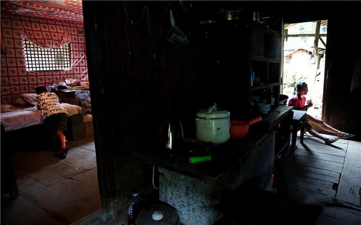 """李柳的家在一个小山坡上,远远看上去,门口的几张奖状格外耀眼。李柳说:""""我是专门贴在门外面的,这样别人才能一眼看的到啊!""""屋子里收拾的干干净净,墙上被一块大漆布满满地包着,大概是为了预防老房子漏雨吧!"""